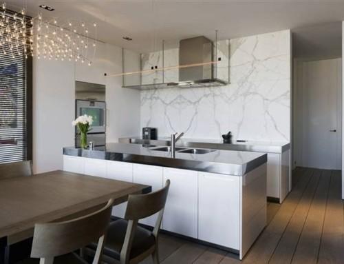Cucina penisola parete marmo
